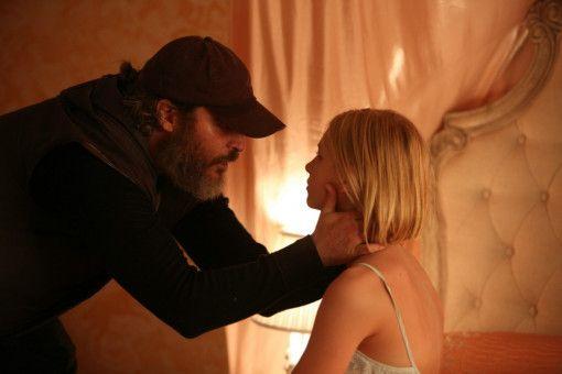 Joe (Joaquin Phoenix) soll die Tochter des Senators Votto aufspüren und befreien. Er findet Nina (Ekaterina Samsonov) in den Fängen eines Bordellbetreibers.