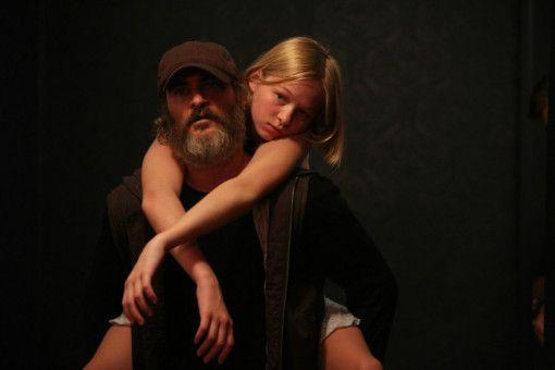 Joe (Joaquin Phoenix) befreit Nina (Ekaterina Samsonov).