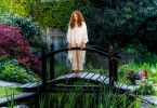 Aus Angst vor der Welt traut sich Evi Müller-Todt (Katja Riemann) nur noch für Streifzüge in ihrem schönen Garten aus dem Bett.