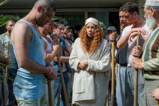 Bulgarische Arbeiter sollen unter Bartos' Leitung zu Hungerlöhnen einen Swimming-Pool für Evi Müller-Todt (Katja Riemann) bauen.