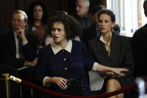 Eleanor Riese (Helena Bonham Carter, links) hatte aufgrund ihrer Beschwerden durch falsche Behandlung sogar Mühe, zusammen mit Colette Hughes (Hilary Swank) die Stufen zum Gerichtssaal zu erklimmen.