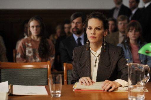 Für Colette (Hilary Swank) und den Staranwalt, für den sie arbeitet, beginnt ein langes juristisches Tauziehen.