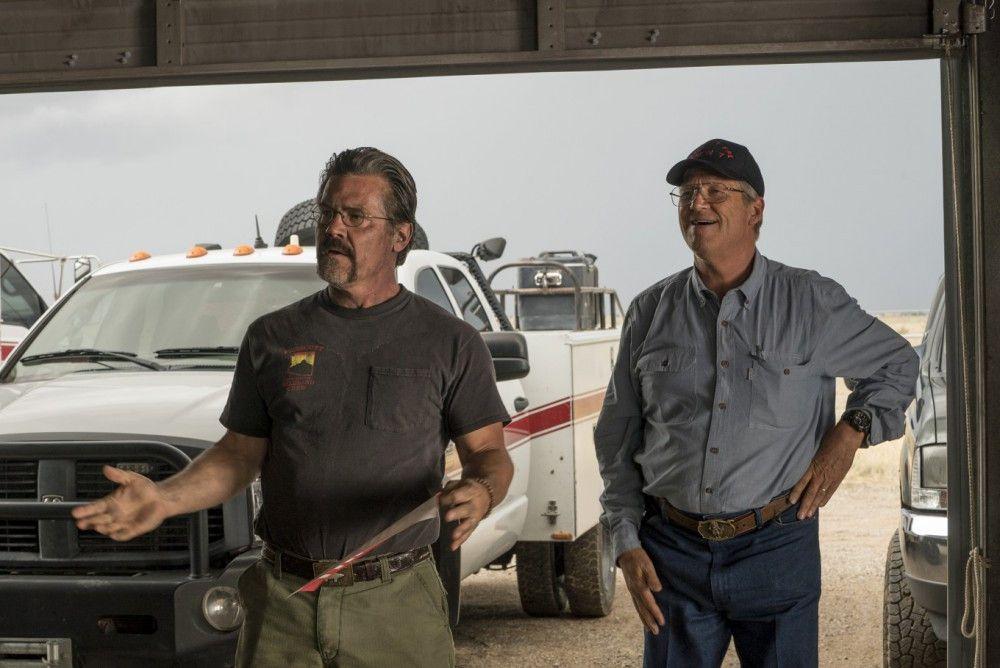 Eric (Josh Brolin, links) und Duane (Jeff Bridges) bereiten ihr Team auf den Einsatz vor.