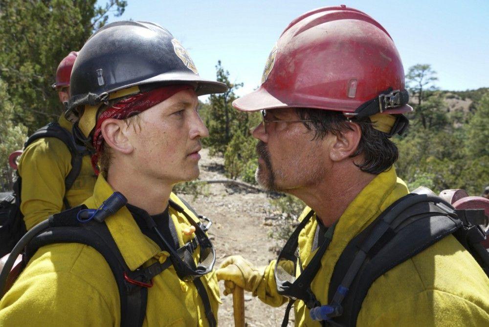 Brendan McDonough (Miles Teller, links) und Eric (Josh Brolin) geraten während des Einsatzes aneinander.