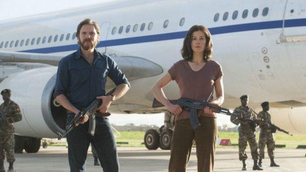 Wilfried Böse (Daniel Brühl) und Brigitte Kuhlmann (Rosamund Pike) bewachen das entführte Flugzeug.