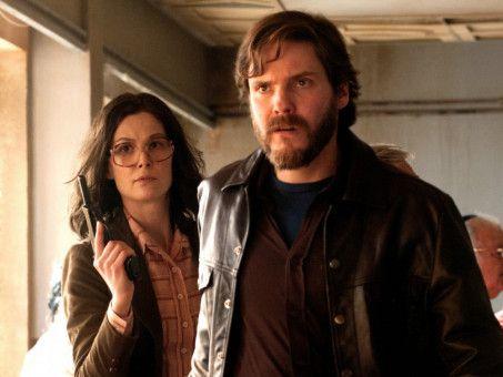 Wilfried Böse (Daniel Brühl) und Brigitte Kuhlmann (Rosamund Pike) verlieren die Kontrolle.
