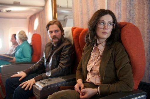 Wilfried Böse (Daniel Brühl) und Brigitte Kuhlmann (Rosamund Pike) wirken nervös. In Kürze beginnt ihre Entführung der Air-France-Maschine 139.