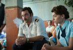 Harren gemeinsam mit den jüdischen Geiseln im Terminal aus: Flugzeugingenieur Jacques Lemoine (Denis Menochet) und eine Stewardess.