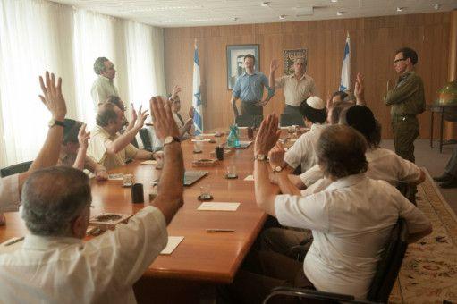 Die israelische Regierung um den Ministerpräsidenten Yitzhak Rabin (Lior Ashkenazi) stimmt über den Umgang mit den Terroristen ab.