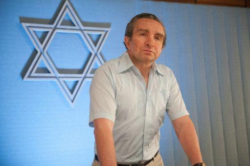 Verteidigungsminister Shimon Peres (Eddie Marsan) fordert eine Militäraktion.