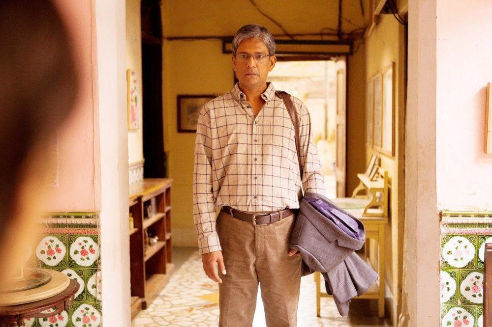 Nishas Vater (Adil Hussain) ist seit dem lächerlichen Vorfall wie ausgewechselt: brutal und kaltherzig.