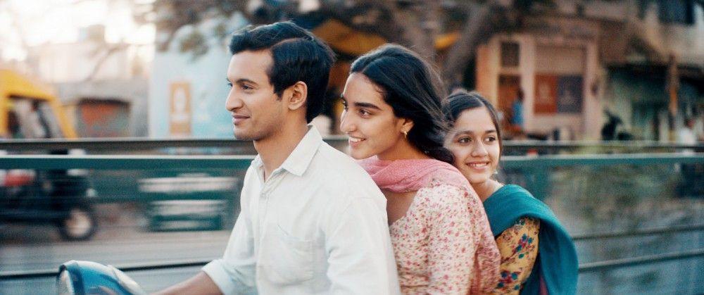 Bei ihrem Cousin Amir (Rohit Saraf) verspürt Nisha (Maria Mozhdah, Mitte) ein klein wenig Geborgenheit.