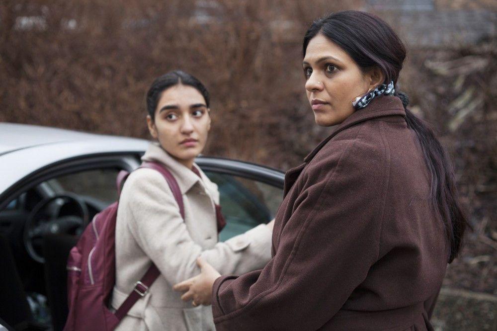 Nach dem Gespräch bei der Jugendfürsorge beschließt Nishas Mutter Najma (Ekavali Khanna) ihre entehrte Tochter (Maria Mozhdah) zwangsverheiraten zu lassen.