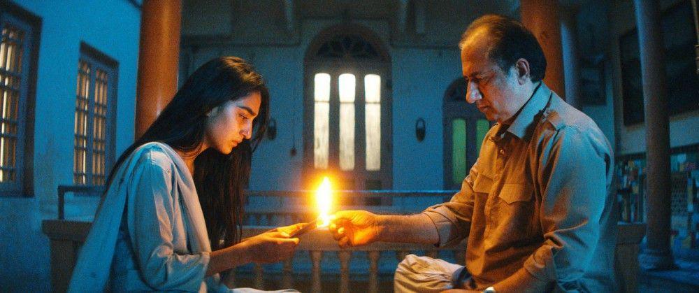Nishas Onkel (Lalit Parimoo) verbrennt den Reisepass seiner Nichte Nisha (Maria Mozhdah).