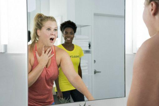 OMG: Renee (Amy Schumer, links) hat im Fitnessstudio einen Schlag auf den Kopf bekommen und sieht im Spiegel nicht nur ihre Trainerin Tasha (Sasheer Zamata), sondern auch ein unfassbar attraktives neues Ich.