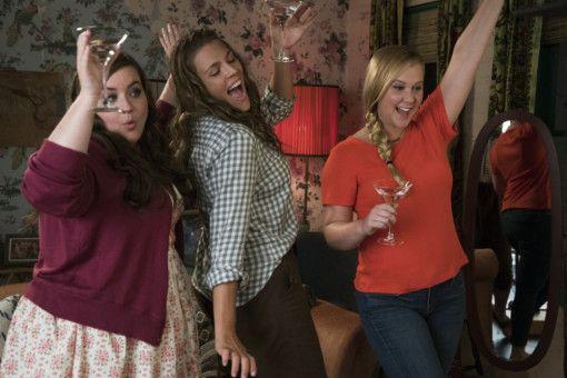 Mit ihren besten Freundinnen Vivian (Aidy Bryant, links) und Jane (Busy Philipps, Mitte) will Renee (Amy Schumer) ein Gruppendate organisieren. Große Hoffnungen macht sie sich nicht: Bilder sind schließlich alles.