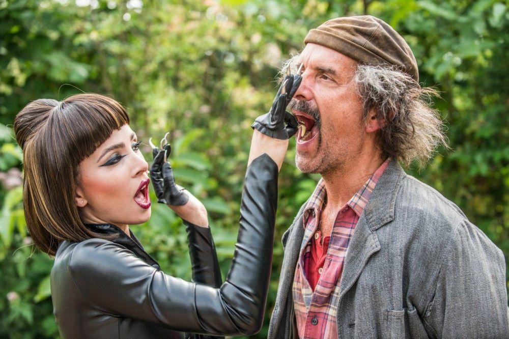 Der Paradisia-Tierpfleger (Christoph Maria Herbst) frisst einer dubiosen Frau (Aylin Tezel) aus der Hand.