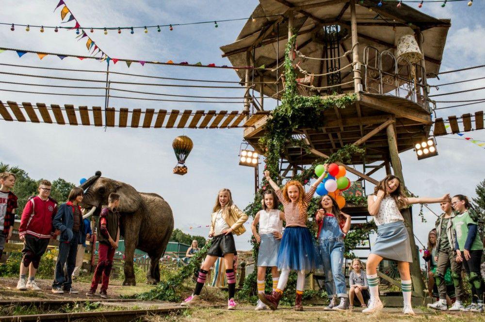 Am Ende feiert Lili (Malu Leicher, Mitte) mit ihren neuen Freunden.