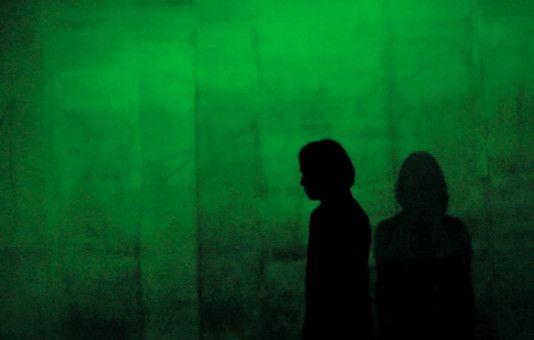 """Die Content Moderatoren agieren im Schatten: """"The Cleaners"""" sieht aus wie ein Noir-Film und beschäftigt sich mit den verborgenen Seiten des Internets."""