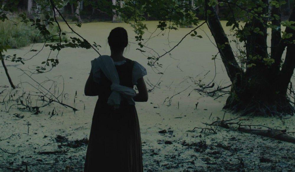 Nachdem ihre Mutter verstorben ist, wächst Albrun (Alekesandra Cwen) auf sich allein gestellt auf.