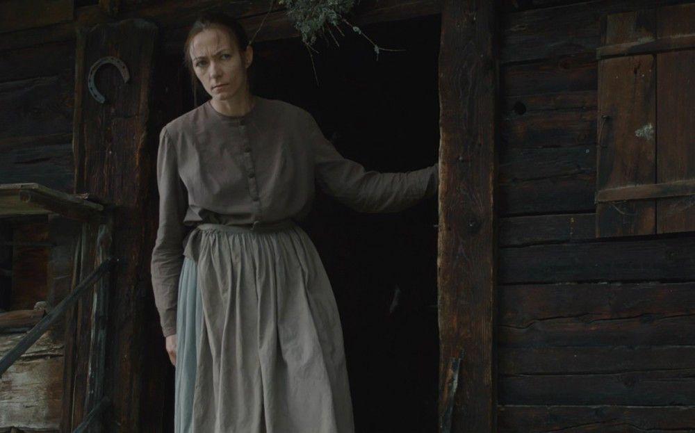 Albrun (Aleksandra Cwen) wird von der Dorfgemeinschaft als Hexe ausgegrenzt.