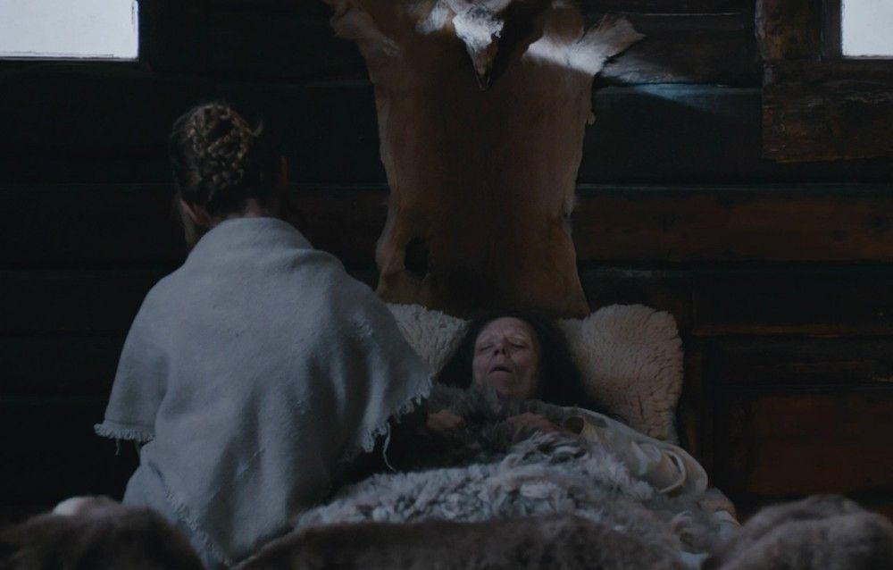 Die junge Albrun (Celina Peter) muss mitansehen, wie ihre Mutter (Claudia Martini) von einer Krankheit dahingerafft wird.