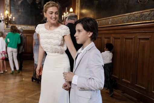 Bastien (Teïlo Azaïs) macht sich keine Illusionen über die Haltbarkeit der neuen Ehe, die seine Mutter Sophie (JulieGayet) eingegangen ist.