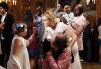 Sophie (Julie Gayet) hat die Hand auf der Schulter ihres Ex-Mannes Claude (Philippe Katerine) und wendet sich Tochter Clara (Violette Guillon) zu, die sie mit ihm hat.