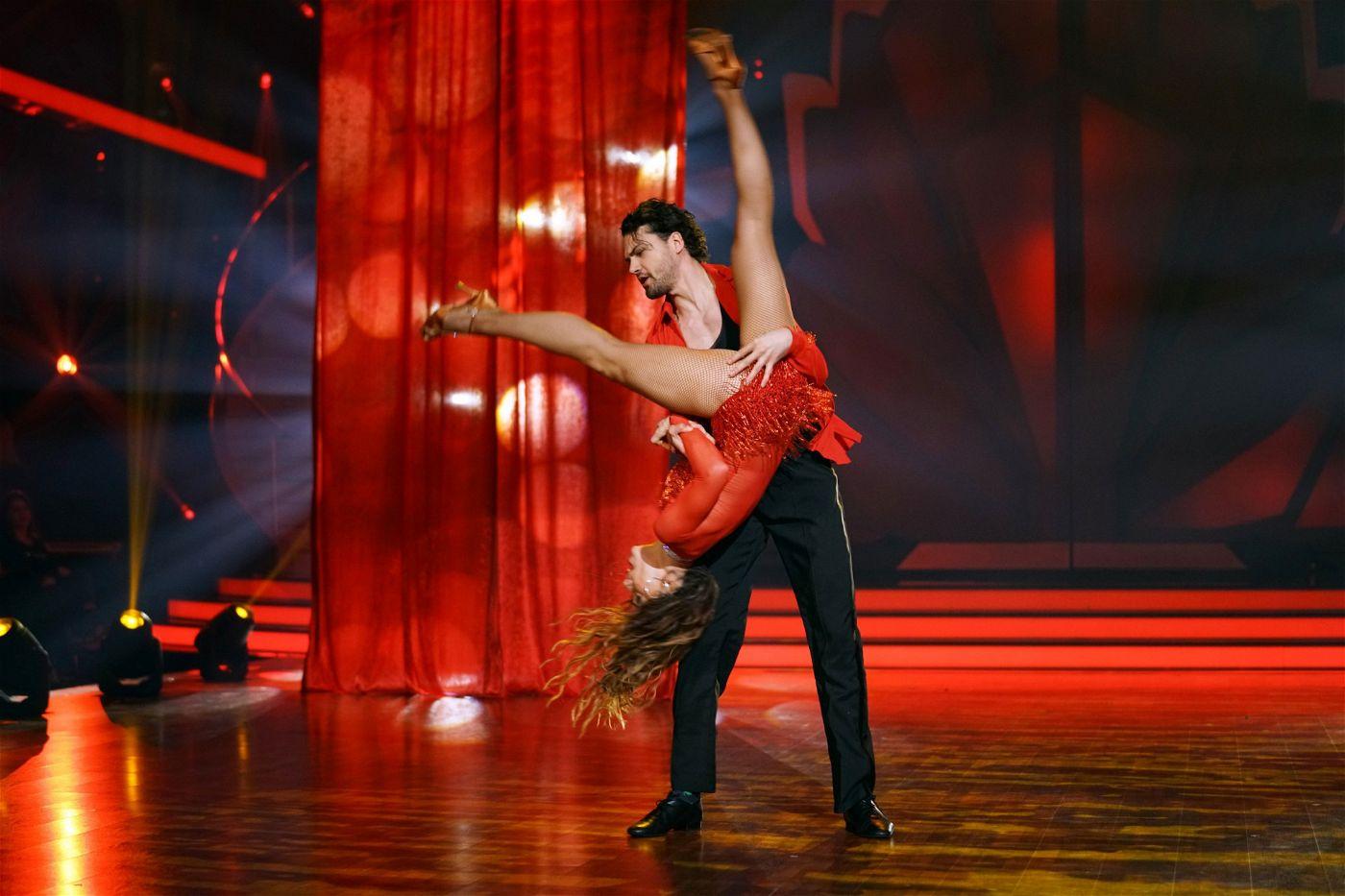 """Voller Einsatz: Bei """"Let's Dance"""" geht es für die Kandidaten und Profitänzer auch mal """"kopfüber"""". Hier zu sehen: Jimi Blue Ochsenknecht mit Profitänzerin Renata Lusin."""