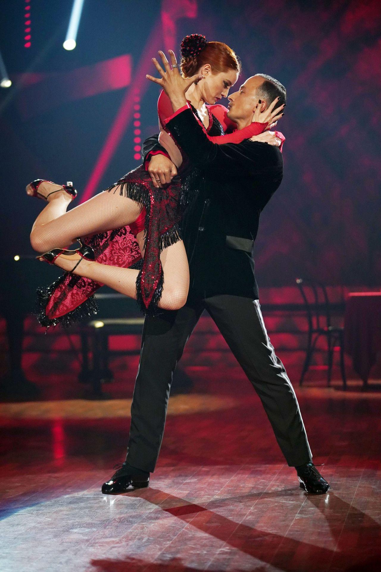 Volle Körperspannung und ein inniger Blick: Model Barbara Meier mit Tanzpartner Sergiu Luca.