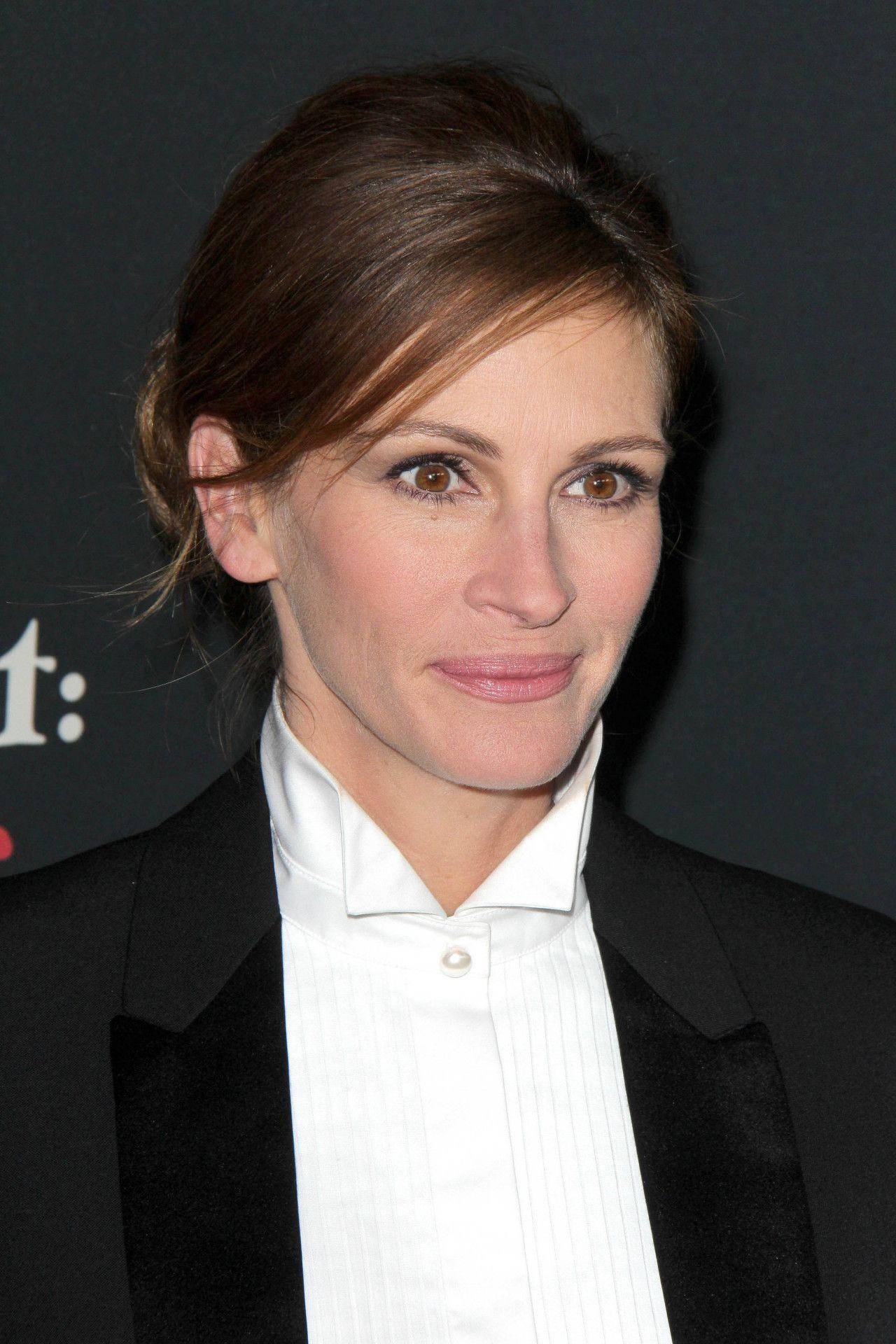 Während ihrer Schulzeit nahm Roberts an einigen Amateurvorstellungen teil, da sie von den schauspielerischen Erfolgen ihres Bruders beeindruckt war.