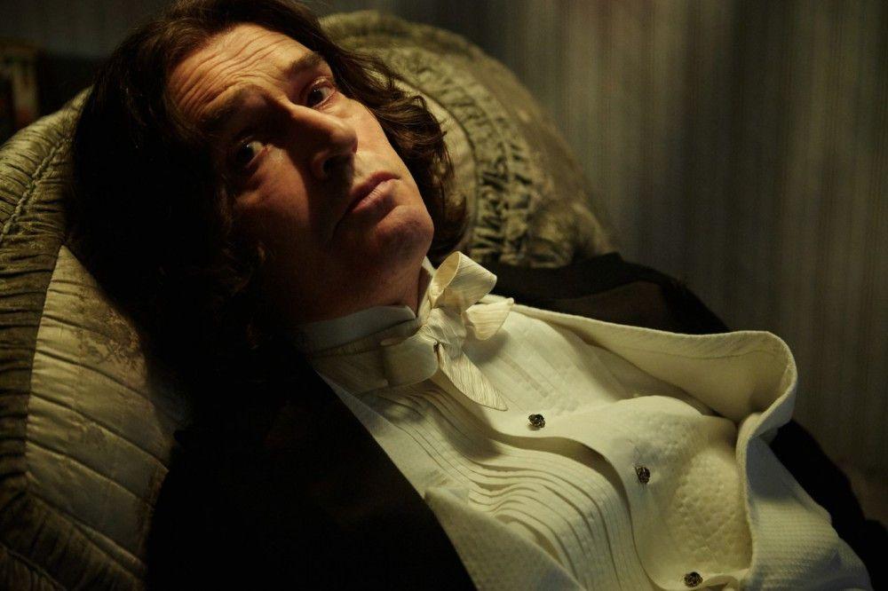 Recht melancholisch und verarmt verbringt der einstige Publikumsliebling Oscar Wilde (Rupert Everett) seine letzten Lebensjahre.