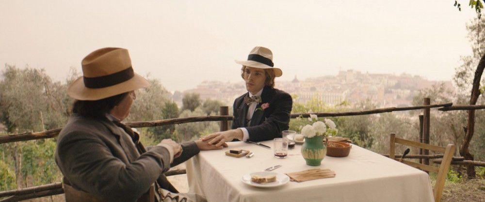 """Können voneinander nicht lassen: Oscar Wilde (Rupert Everett, links) und """"Bosie"""" (Colin Morgan)."""