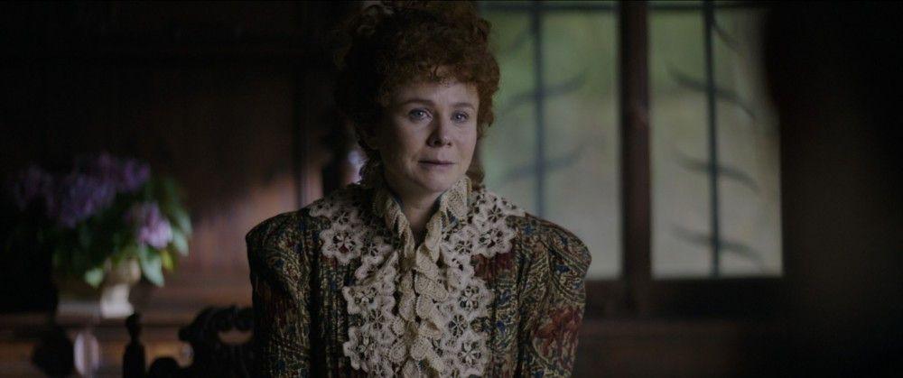 Gelegentlich denkt Oscar an seine Ehefrau Constance (Emily Watson), die mit ihren beiden gemeinsamen Söhnen in Heidelberg lebt.
