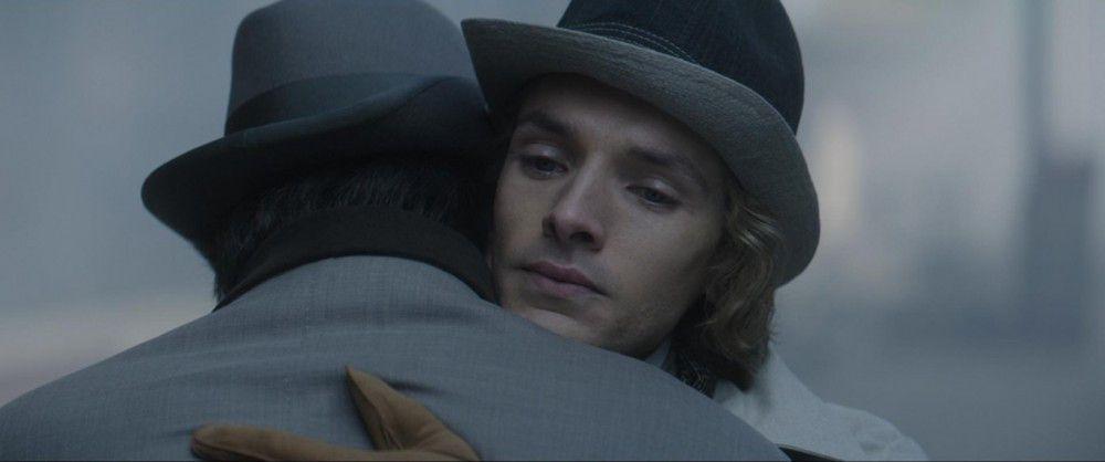 """Oscars leidenschaftliche Affäre mit Lord Alfred """"Bosie"""" (Colin Morgan) bringt ihm zwei Jahre Zuchthaus ein."""