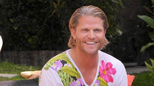 Paul Janke, Bachelor von 2012, zieht in der zweiten Folge neu ins Resort.