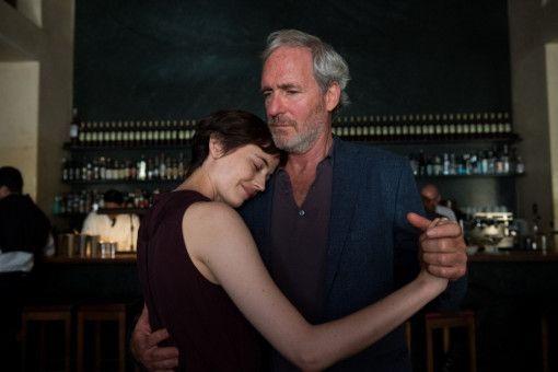 Emilie (Eva Green) sucht die Nähe auch zu ihr unbekannten Menschen (August Zirner).