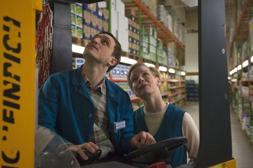 Christian (Franz Rogowski) lernt von Marion (Sandra Hüller) den Umgang mit dem Gabelstapler.