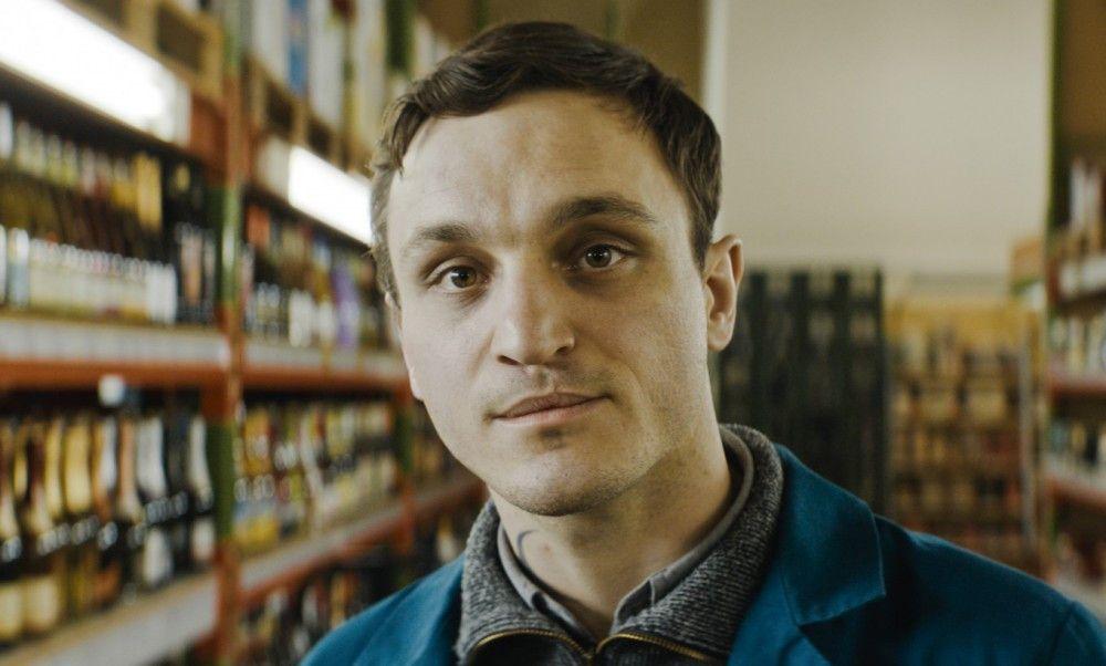 """Christian (Franz Rogowski) muss sich als """"Frischling"""" nicht nur zwischen den Regalen eines Großmarktes zurechtfinden, sondern auch mit der Liebe."""