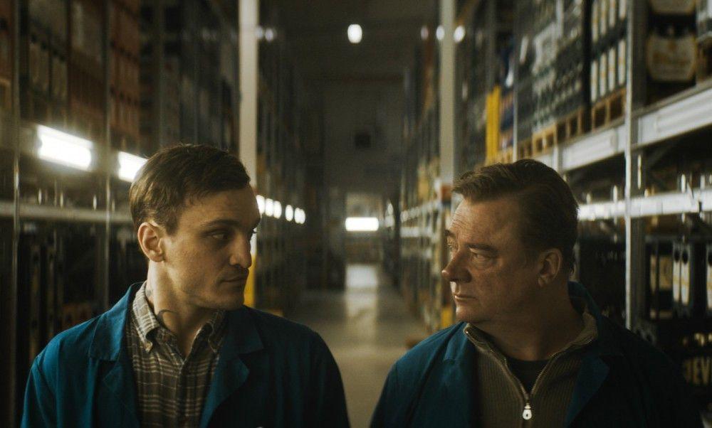 Bruno (Peter Kurth, rechts) zeigt seinem neuen Kollegen Christian (Franz Rogowski) alles, was er über die Arbeit im Großmarkt wissen muss.