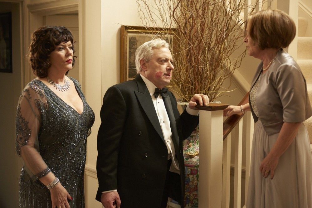 Sandra (Imelda Staunton, rechts) kann es kaum fassen, dass ihr langjähriger Ehemann Mike (John Sessions) sie seit Jahren mit ihrer Freundin Pamela (Josie Lawrence) betrogen hat.