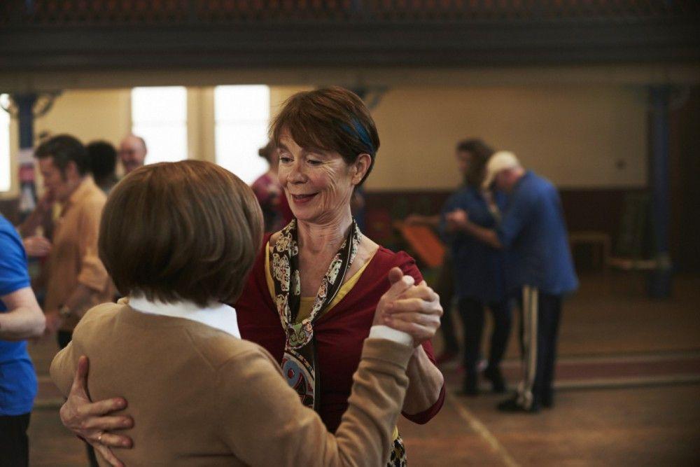 Die unkonventionelle Bif (Celia Imrie, rechts) versucht, ihre gehörnte Schwester Sandra (Imelda Staunton) beim Tanzen auf andere Gedanken zu bringen.
