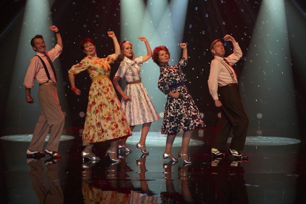 Bei einem Tanzwettbewerb in Rom zeigen Ted (David Hayman), Bif (Celia Imrie), Jackie (Joanna Lumley), Sandra (Imelda Staunton) und Charlie (Timothy Spall), was sie draufhaben.