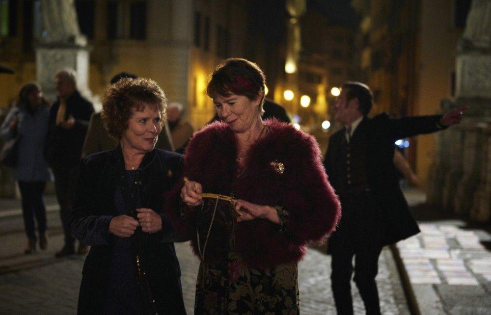 Die ungleichen Schwestern Sandra (Imelda Staunton, links) und Bif (Celia Imrie), die sich wieder einander angenähert haben, genießen ihren Aufenthalt in Rom.