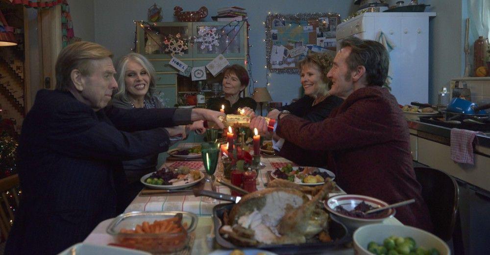Charly (Timothy Spall, von links nach rechts), Jackie (Joanna Lumley), Bif (Celia Imrie) und Sandra (Imelda Staunton) feiern gemeinsam Weihnachten.