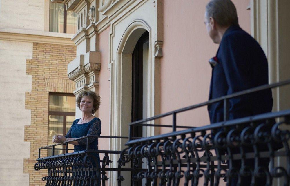 Sandra (Imelda Staunton) und Charly (Timothy Spall) genießen nicht nur die tolle Balkonaussicht in Rom.