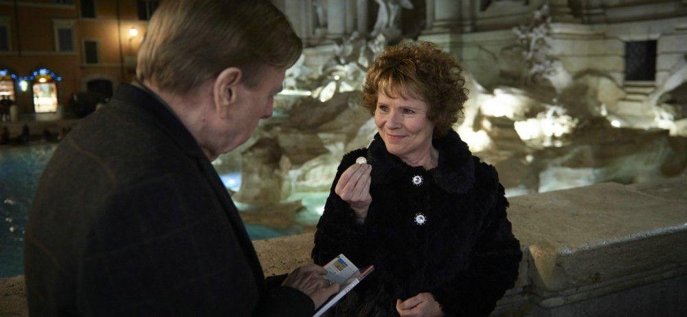 Sandra (Imelda Staunton) und Charly (Timothy Spall) werfen eine Glücksmünze in den Trevi-Brunnen in Rom.