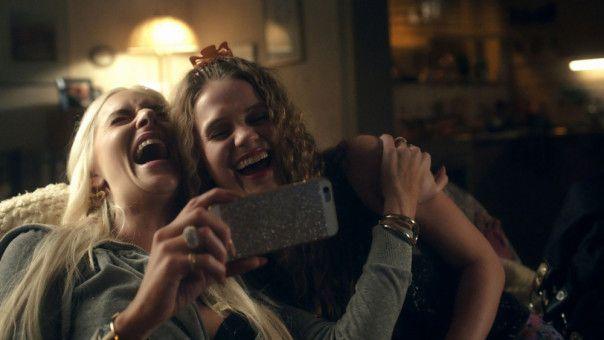 Dank Angie (Kim Riedle) fühlt sich Kiki (Leonie Wesselow, rechts) etwas normaler.