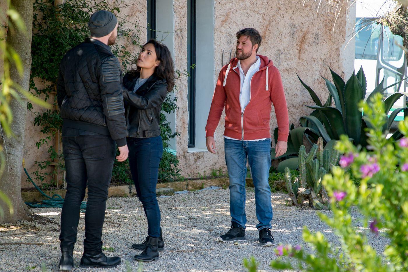 Plötzlich aber steht Erik vor der Tür – und ist rasend eifersüchtig auf John (Felix von Jascheroff).