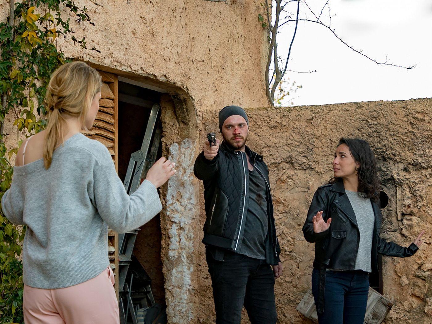 Dabei bedroht Erik nicht nur John, sondern auch Sophie (Lea Marlen Woitack, l.).
